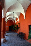 Pequeñas calles de Santa Catalina Monastery en Arequipa fotografía de archivo