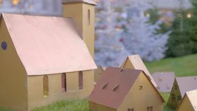 Pequeñas casas adornadas de madera de la Navidad metrajes