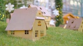 Pequeñas casas adornadas de madera de la Navidad almacen de metraje de vídeo