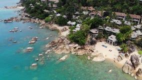 Pequeñas casas en la isla tropical Casas de planta baja acogedoras minúsculas situadas en la orilla de Koh Samui Island cerca del almacen de video