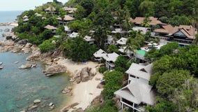 Pequeñas casas en la isla tropical Casas de planta baja acogedoras minúsculas situadas en la orilla de Koh Samui Island cerca del almacen de metraje de vídeo