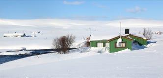 Pequeñas casas en la nieve, Noruega Foto de archivo libre de regalías