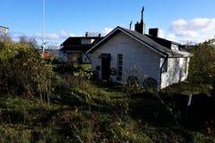 Pequeñas casas hermosas con pocos jardines en Suomenlinna fotografía de archivo