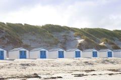 Pequeñas casas holandesas en la playa Fotografía de archivo