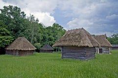 Pequeñas casas rurales de madera viejas Fotos de archivo libres de regalías