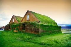 Pequeñas casas típicas en Islandia Vieja arquitectura con el tejado herboso Imagen de archivo