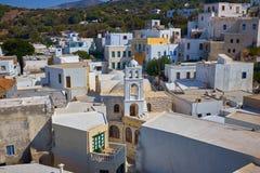 Pequeñas casas y churche tradicionales en la isla de Grecia imagenes de archivo