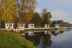 Pequeñas casas y embarcadero en el lago Foto de archivo libre de regalías