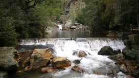 Pequeñas cascadas del agua transparente dentro de la montaña almacen de video