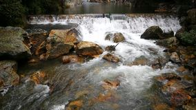 Pequeñas cascadas del agua transparente dentro de la montaña metrajes