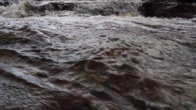 Pequeñas cascadas y flujo a lo largo de un alto río escocés de las montañas en sutherland durante noviembre almacen de metraje de vídeo