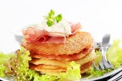 Pequeñas crepes de patata con la ensalada Fotos de archivo libres de regalías