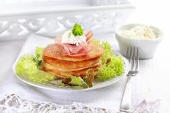 Pequeñas crepes de patata con la ensalada Foto de archivo libre de regalías