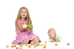 Pequeñas dos hermanas adorables 8 años y bebés de 3 meses Imagenes de archivo