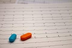 Pequeñas drogas para el uso legal en tiras de electrocardiogramas imágenes de archivo libres de regalías