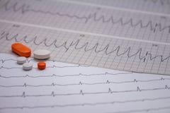 Pequeñas drogas para el uso legal en tiras de electrocardiogramas fotos de archivo libres de regalías