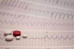 Pequeñas drogas para el uso legal en tiras de electrocardiogramas fotografía de archivo