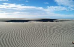Pequeñas dunas de arena cerca de la escupida de despedida Foto de archivo libre de regalías