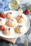 Pequeñas empanadas hechas en casa de la fresa foto de archivo