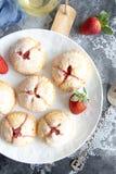 Pequeñas empanadas hechas en casa de la fresa fotos de archivo