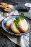 Pequeñas empanadas redondas llenadas del queso cremoso de la vainilla fotografía de archivo