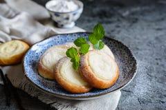 Pequeñas empanadas redondas llenadas del queso cremoso de la vainilla imágenes de archivo libres de regalías
