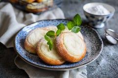 Pequeñas empanadas redondas llenadas del queso cremoso de la vainilla fotos de archivo