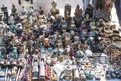 Pequeñas estatuas, collares y otros artículos del recuerdo en venta en el mercado de la calle Imagen de archivo libre de regalías