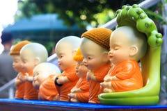 Pequeñas estatuas de Buda de la loza de barro fotos de archivo libres de regalías