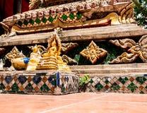 Pequeñas estatuas de Buda en la parte inferior de la base del Buda grande fotos de archivo
