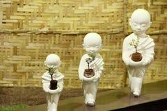 Pequeñas estatuas de Buda que sostienen los árboles de los bonsais, exposición del árbol de los bonsais en Pune imagen de archivo