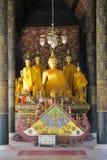 Pequeñas estatuas de Buda y una capilla en un templo, Fotografía de archivo