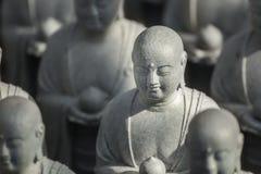 Pequeñas estatuas de Jizo en el templo de Hase-dera en Kamakura Imágenes de archivo libres de regalías