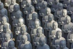 Pequeñas estatuas de Jizo en el templo de Hase-dera en Kamakura Fotografía de archivo libre de regalías