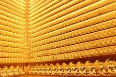 Pequeñas estatuas de oro de Buda en el templo de Yakchunsa Imágenes de archivo libres de regalías