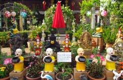 Pequeñas estatuas del monje en jardín asiático de la pagoda Imágenes de archivo libres de regalías