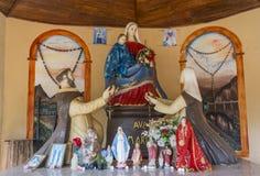 Pequeñas estatuas hermosas en el altar en iglesia cristiana en Negombo imagen de archivo