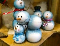 Pequeñas estatuillas de los muñecos de nieve Imagen de archivo libre de regalías
