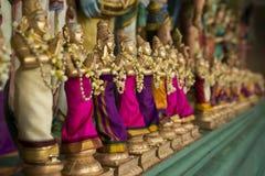Pequeñas estatuillas en un templo del Hinduismo Foto de archivo libre de regalías
