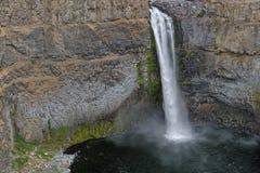 Pequeñas figuras al lado de las caídas grandes de Palouse fotografía de archivo libre de regalías