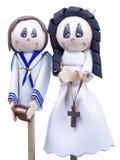 Pequeñas figuras hechas a mano de los niños vestidos para la primera comunión imagenes de archivo
