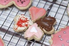 Pequeñas galletas del corazón de la tarjeta del día de San Valentín que señalan en uno a en un coolin Foto de archivo