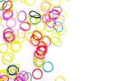 Pequeñas gomas coloridas redondas para las pulseras del telar Fotos de archivo libres de regalías