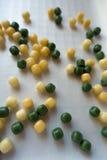 Pequeñas gotas coloreadas amarillas y verdes del caramelo Fotografía de archivo libre de regalías