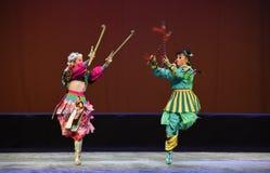 Pequeñas hermanas de la pradera--€œLittle Worriors de la ópera de Pekín del  del family†de Yeuh's Foto de archivo libre de regalías
