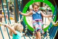 Pequeñas hermanas en el patio en parque Fotos de archivo