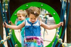 Pequeñas hermanas en el patio en parque Fotos de archivo libres de regalías