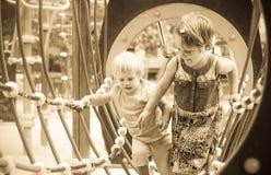 Pequeñas hermanas en el patio práctico Foto de archivo libre de regalías