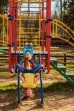 Pequeñas hermanas que juegan en patio Imagen de archivo