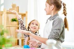 Pequeñas hermanas que preparan las galletas imágenes de archivo libres de regalías